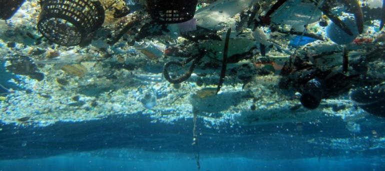 ชยะพลาสติกมีหลากหลายรูปร่าง ขนาด สีสัน คุณสมบัติ แต่สิ่งหนึ่งที่เหมือนกันคือ เกือบทั้งหมดนั้น มันลอยน้ำ