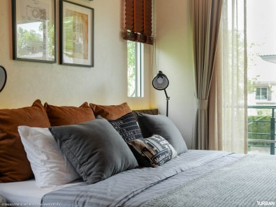 หน้าต่างหัวเตียงรับแสงยามเช้า