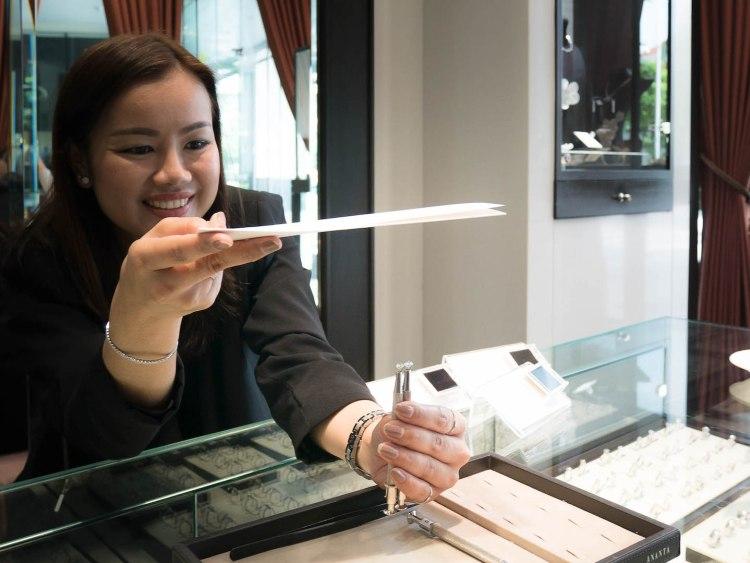 ananta diamondring iurban 1070064n 750x563 10 วิธีเลือกซื้อแหวนเพชร แหวนแต่งงาน ที่ต้องทำการบ้านก่อนไปร้านเพชร