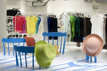 ISSEY MIYAKE : Window Display by 2D/3D Chairs