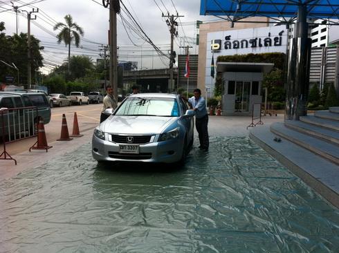 ไอเดียหนีน้ำ..ห่อทรัพย์สินชิ้นใหญ่ด้วยผ้าใบ 15 - flood
