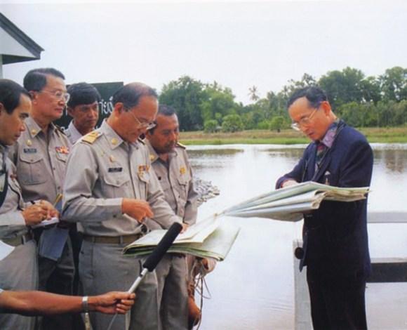 """สำนักข่าวเอพีเชิดชูพระอัจฉริยภาพ""""ในหลวง""""โครงการแก้น้ำท่วมยั่งยืน 14 - flood"""