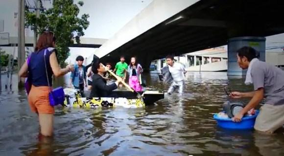 11 25 2011 4 38 36 PM1 580x319 ไอเดียสร้างสรรค์สุดๆ..Ready Boat เรือพกพาจากแผ่นฟิวเจอร์บอร์ด