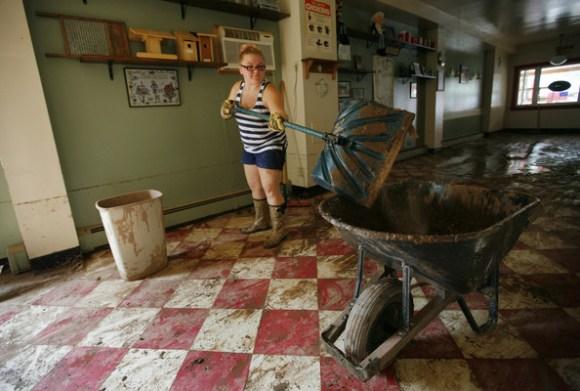 การทำความสะอาดหลังน้ำลดด้วยตัวเอง Clean House After Flooding  22 -