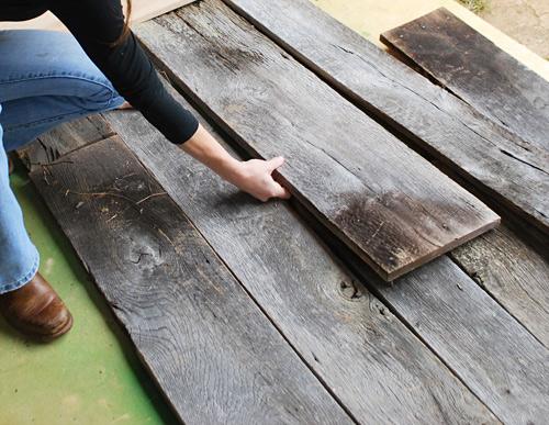 barnwood headboard step1 DIY ตกแต่งหัวเตียงนอนใหม่ หลังน้ำท่วม