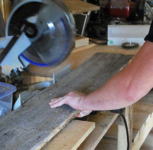 barnwood headboard step2 DIY ตกแต่งหัวเตียงนอนใหม่ หลังน้ำท่วม