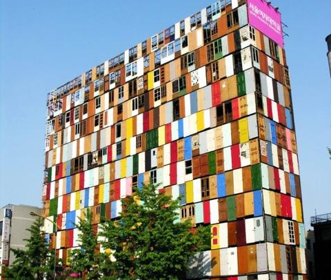 สร้างตึกสูง 10 ชั้นจากประตูเก่า 1,000 บาน 14 - street art