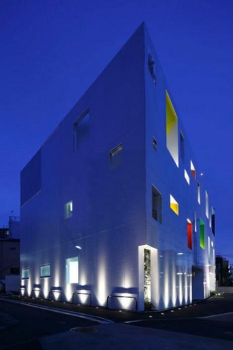 dzn SugamoTokiwadai01 หน้าต่างมีสี..และลวดลายใบไม้ ที่ปลิวมาจากหน้าต่าง..สร้างความรู้สึก สุข..สดชื่น..กับลูกค้า