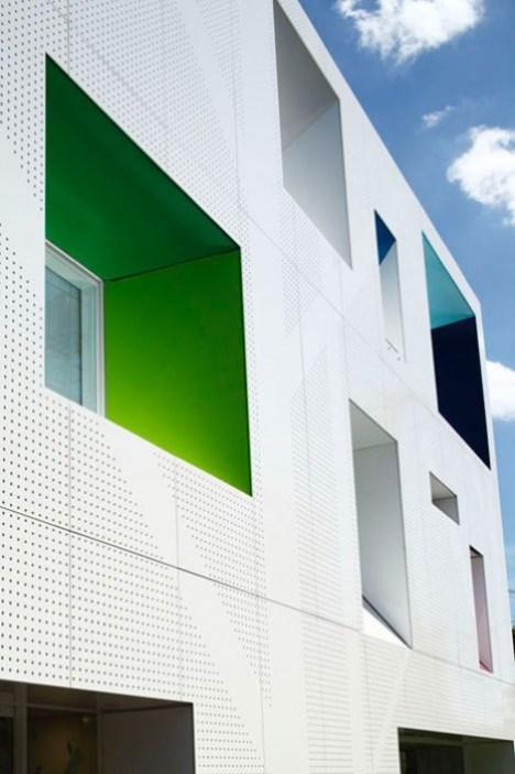 dzn SugamoTokiwadai05 หน้าต่างมีสี..และลวดลายใบไม้ ที่ปลิวมาจากหน้าต่าง..สร้างความรู้สึก สุข..สดชื่น..กับลูกค้า