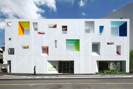 หน้าต่างมีสี..และลวดลายใบไม้ ที่ปลิวมาจากหน้าต่าง..สร้างความรู้สึก สุข..สดชื่น..กับลูกค้า 13 - interior