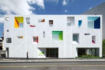 หน้าต่างมีสี..และลวดลายใบไม้ ที่ปลิวมาจากหน้าต่าง..สร้างความรู้สึก สุข..สดชื่น..กับลูกค้า 24 - interior