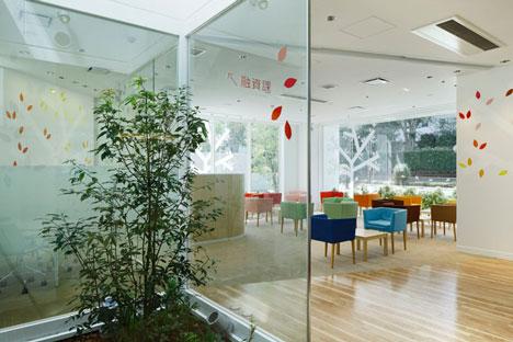 dzn SugamoTokiwadai16 หน้าต่างมีสี..และลวดลายใบไม้ ที่ปลิวมาจากหน้าต่าง..สร้างความรู้สึก สุข..สดชื่น..กับลูกค้า