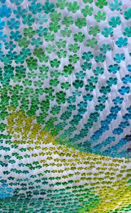 25550601 145156 หลังคาที่จอดรถสีสันสวยงาม...จากขวดพลาสติกใช้แล้ว
