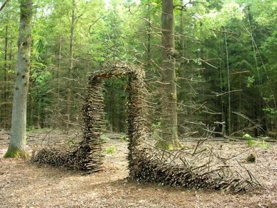 25550704 190801 งานศิลปะ ที่เล่นตลกกับแรงดึงดูดของโลก..เสกให้กิ่งไม้, ก้อนหินลอยได้