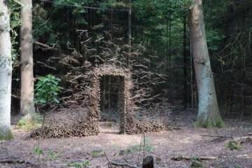 งานศิลปะ ที่เล่นตลกกับแรงดึงดูดของโลก..เสกให้กิ่งไม้, ก้อนหินลอยได้