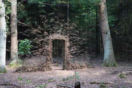 25550704 190807 งานศิลปะ ที่เล่นตลกกับแรงดึงดูดของโลก..เสกให้กิ่งไม้, ก้อนหินลอยได้
