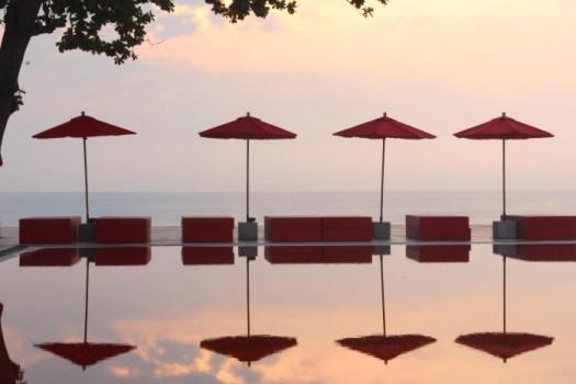 library redpool5 525x350 THE LIBRARY เดอะ ไลบรารี่ เกาะสมุย กับสระว่ายน้ำสีแดงแปลกตาที่เปิดโล่งให้เห็นวิวทะเล และผู้รักการอ่านหนังสือ