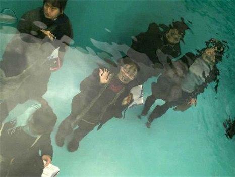 underwaterpool05 466x350 Fake Pool In Art Museum At Kanazawa สระว่ายนำ้นี้ไม่ธรรมดา!!