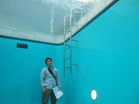 underwaterpool06 466x350 Fake Pool In Art Museum At Kanazawa สระว่ายนำ้นี้ไม่ธรรมดา!!