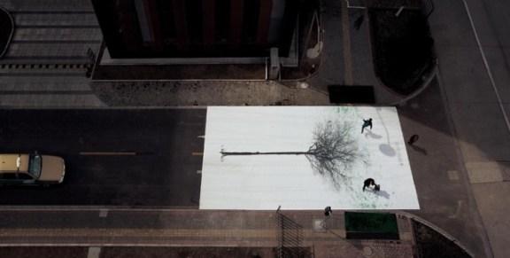 25550830 183421 แคมเปญสร้างจิตสำนึกสีเขียวเก๋ๆ...ภาพต้นไม้ ที่วาดภาพใบไม้ด้วยรอยเท้าของคนข้ามถนน