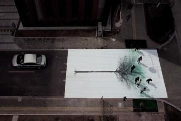 แคมเปญสร้างจิตสำนึกสีเขียวเก๋ๆ...ภาพต้นไม้ ที่วาดภาพใบไม้ด้วยรอยเท้าของคนข้ามถนน  2 - Green billboard