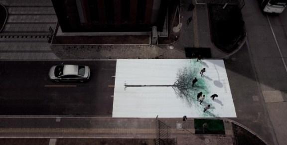 25550830 183430 แคมเปญสร้างจิตสำนึกสีเขียวเก๋ๆ...ภาพต้นไม้ ที่วาดภาพใบไม้ด้วยรอยเท้าของคนข้ามถนน