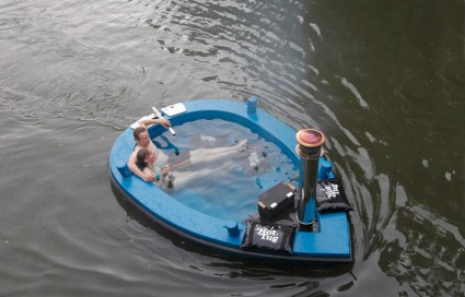 hottug00 425x272 แช่น้ำล่องเรือชิลๆกับ hotTug jacuzzi boat