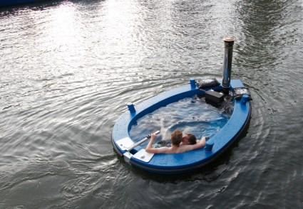 hottug01 425x294 แช่น้ำล่องเรือชิลๆกับ hotTug jacuzzi boat