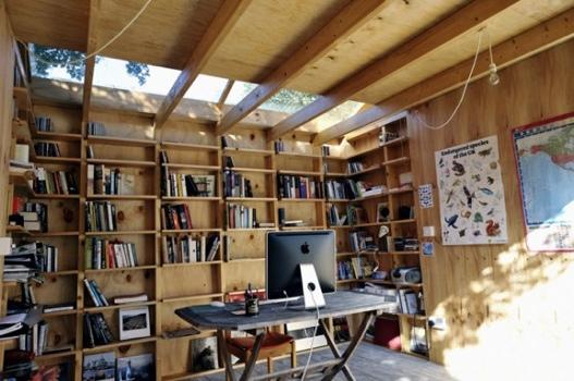 25551126 180649 Hackney Shed ที่ทำงานในสวน ตกแต่งด้วยชั้นหนังสือ ผนังเปิดโล่งรับสีเขียว กับหลังคาที่มองเห็นท้องฟ้า