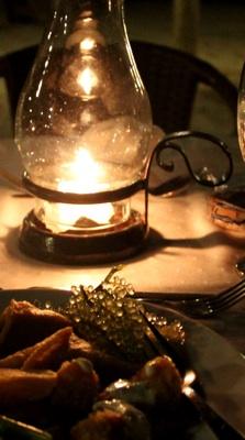 อาหารเย็นสุดโรแมนติก ที่เห็นเป็นตุ่มๆเขียวๆใส คือ สาหร่าย เค้ากินกับกะปิ เหมือนบ้านเรา แต่ปรุงรสต่างกัน photo by Htike