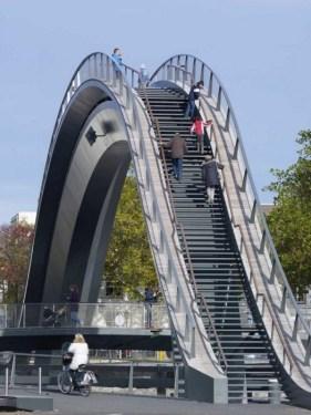 Jeroen Musch 03 281x375 Melkweg Bridge by NEXT Architects สะพานที่สร้างความสุนทรีย์แก่ผู้สัญจรทางเท้า และจักรยาน