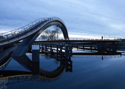 dezeen Melkwegbridge by NEXT Architects and Rietveld Landscape ss 1 425x303 Melkweg Bridge by NEXT Architects สะพานที่สร้างความสุนทรีย์แก่ผู้สัญจรทางเท้า และจักรยาน