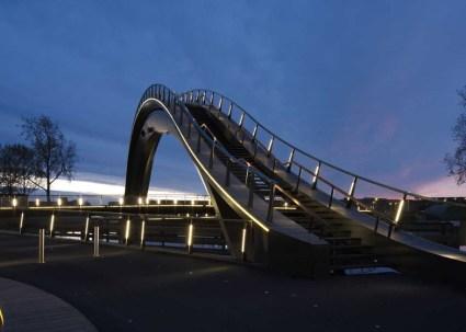 dezeen Melkwegbridge by NEXT Architects and Rietveld Landscape ss 3 425x303 Melkweg Bridge by NEXT Architects สะพานที่สร้างความสุนทรีย์แก่ผู้สัญจรทางเท้า และจักรยาน
