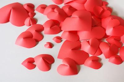 pile of paper hearts มาสร้างกำแพงหัวใจกันเถอะ....