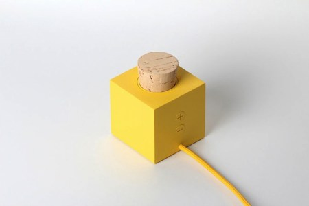 Plugg Speaker by Skrekkogle 03 450x300 PLUGG by skrekkogle วิทยุสไตล์มินิมอล แค่มีจุกก็อกไว้คอยอุดสำหรับเปิด ปิด เสียงเพลง