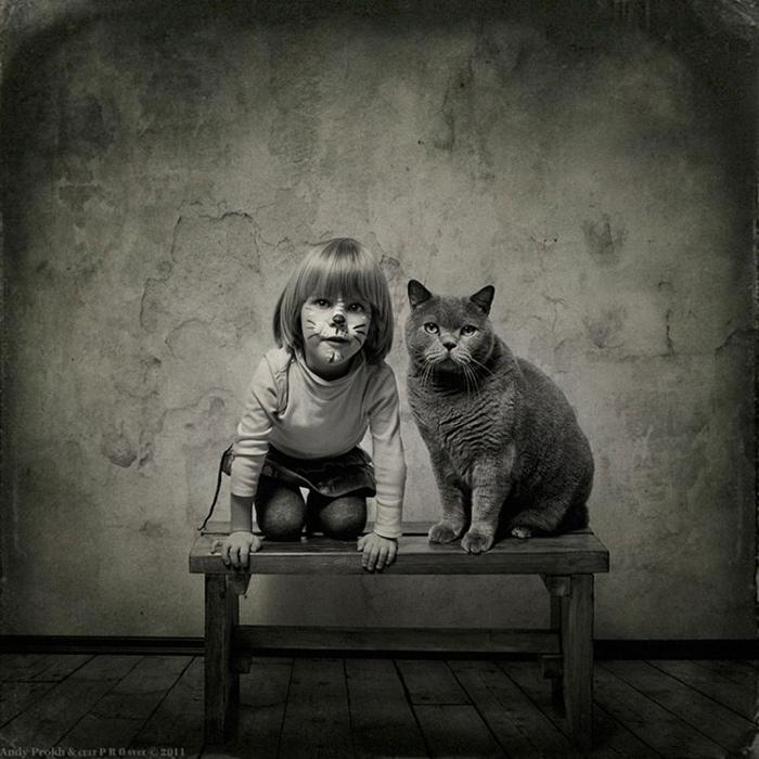 25560420 221854 เก็บความทรงจำดีๆไว้กับภาพขาวดำ..มิตรภาพระหว่างเด็กสาว 4 ขวบ กับแมวจอมกวน..