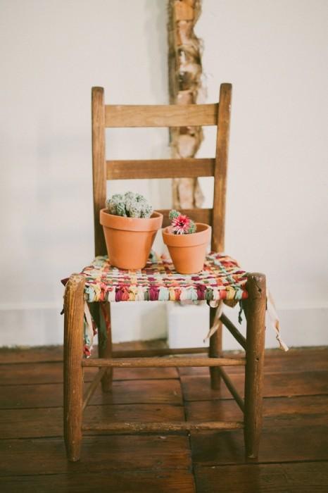 DIY ชุบชีวิตให้เก้าอี้เก่า ด้วยเสื้อยืดเก่า 13 - DIY