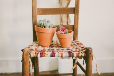 DIY ชุบชีวิตให้เก้าอี้เก่า ด้วยเสื้อยืดเก่า 25 - DIY