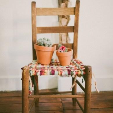 DIY ชุบชีวิตให้เก้าอี้เก่า ด้วยเสื้อยืดเก่า 27 - DIY