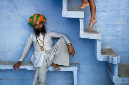 man beneath stairs jodhpur india 2005 450x299 Bule City เมืองสีฟ้ากลางทะเลทราย ในประเทศอินเดีย