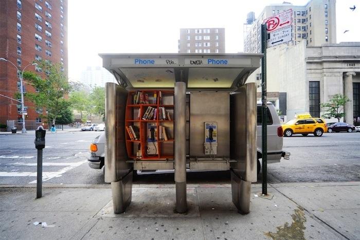 25560703 170807 เปลี่ยนตู้โทรศัพท์สาธารณะในนิวยอร์ค เป็นห้องสมุดขนาดเล็ก เพื่อส่งเสริมการเรียนรู้ของคนในชุมชน