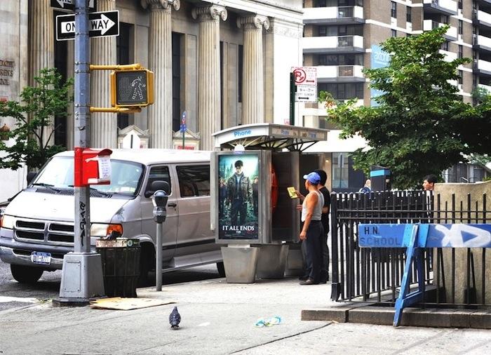 25560703 170834 เปลี่ยนตู้โทรศัพท์สาธารณะในนิวยอร์ค เป็นห้องสมุดขนาดเล็ก เพื่อส่งเสริมการเรียนรู้ของคนในชุมชน