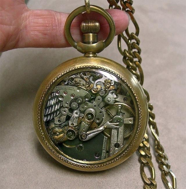 25560706 115649 ประติมากรรมจิ๋วจากชิ้นส่วนนาฬิกาพกโบราณ โดย Sue Beatrice