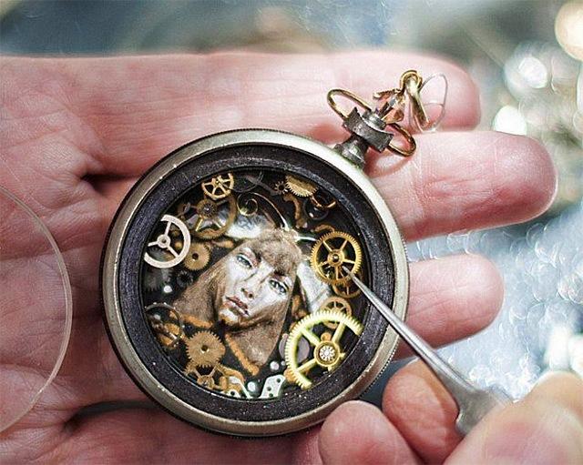 25560706 115715 ประติมากรรมจิ๋วจากชิ้นส่วนนาฬิกาพกโบราณ โดย Sue Beatrice