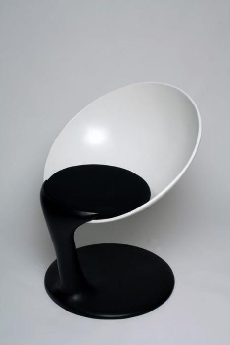 25560712 211319 เก้าอี้อาร์ตๆ..เหมือนถ้วยลอยกลางอากาศเทสีหกเลอะพื้น..งดงาม