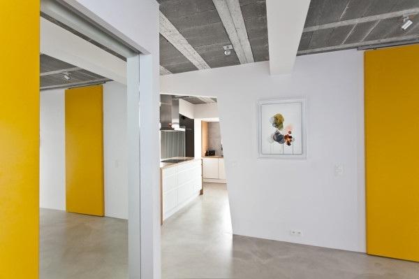 25560720 184214 บ้านที่ใช้วัสดุคอนกรีตเป็นหลัก..มีสีเหลืองสดใส ช่วยลดความเย็นชาของสีเทา