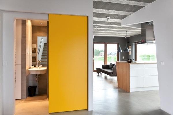 25560720 184219 บ้านที่ใช้วัสดุคอนกรีตเป็นหลัก..มีสีเหลืองสดใส ช่วยลดความเย็นชาของสีเทา