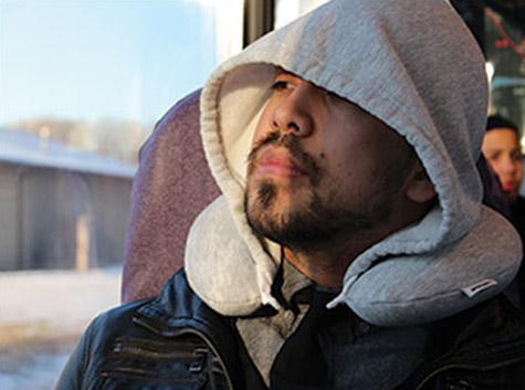 travel hoodiepillow hooded travel pillow 1 โลกส่วนตัวได้ทุกที่กับ Hooded Travel Pillow