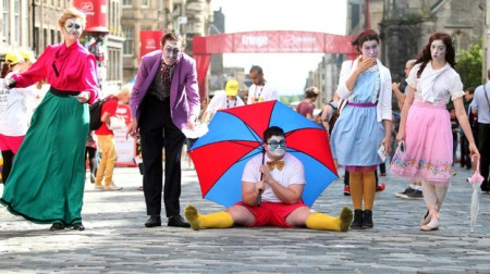 159006 fringe performers on the mile 450x252 Edinburgh Festival Fringe เทศกาลศิลปะกลางแจ้งที่ยิ่งใหญ่ที่สุดในโลก