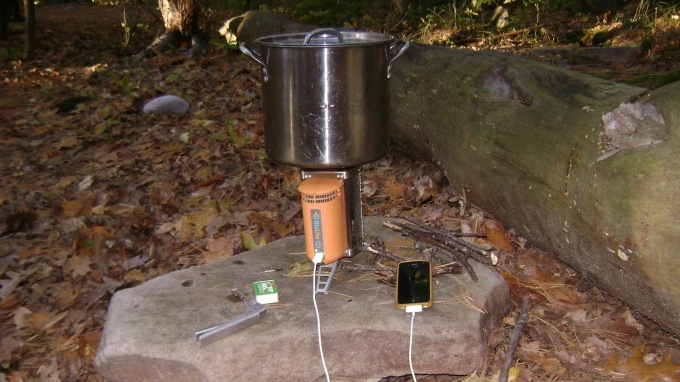 25560904 152618 BioLite CampStove..ชาร์ตมือถือด้วยเตาแค้มปปิ้ง ใช้พลังงานจากกิ่งไม้